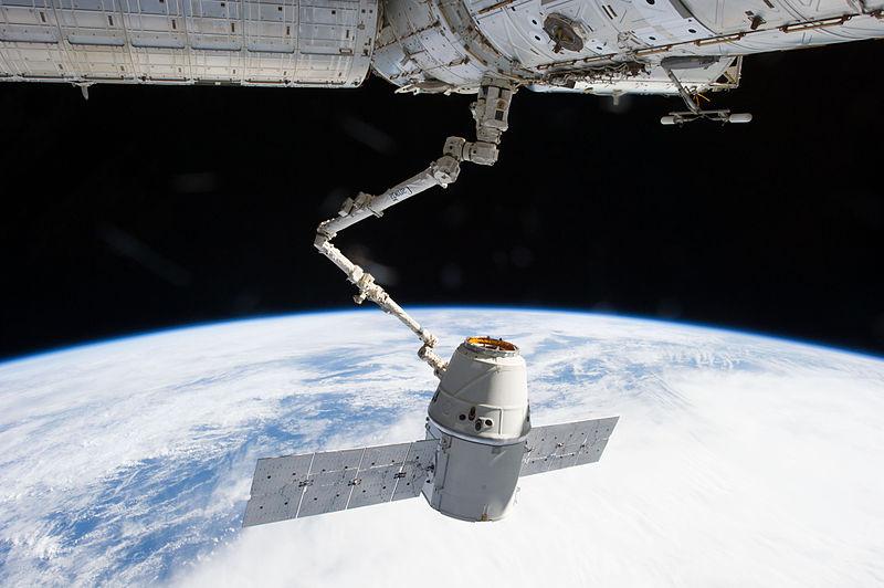 Cápsula Dragon da SpaceX acoplada na Estação Espacial Internacional, ISS