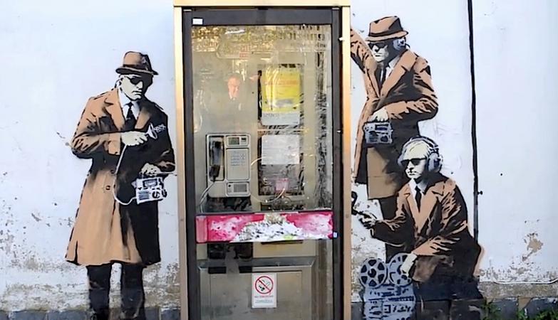 Os espiões de Banksy à escuta na cabine telefónica junto à sede dos serviços secretos ingleses, GCHQ