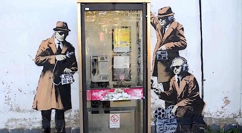 Os espiões de Banksy na cabine telefónica junto à sede dos serviços secretos ingleses, GCHQ