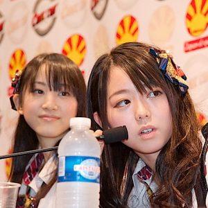 Rena Matsui e Minami Minegishi, das AKB48, numa conferência de imprensa na Japan Expo 2009 em Paris
