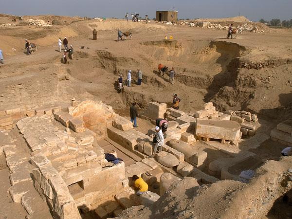 A equipa de Josep Padro em escavações no sítio arqueológico de Oxyrhynchus