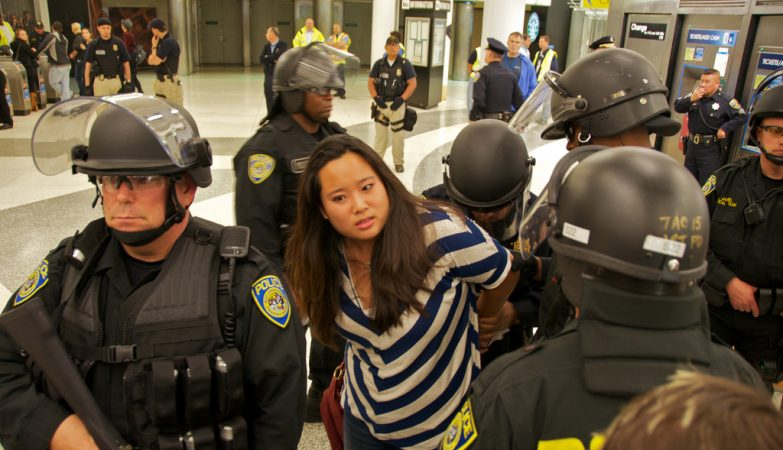 Vivian Ho , reporter do San Francisco Chronicle, detida quando cobria protestos (Powell Station, 2011).