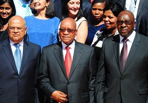 O até agora Ministro das Finanças Pravin Gordhan (esq), o Presidente Jacob Zuma e o novo Ministro das Finanças da África do Sul, Nhlanhla Nene (dir)