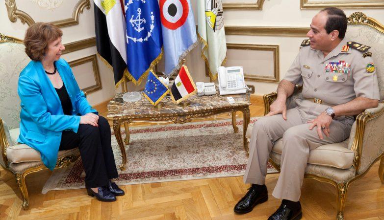 O líder egípcio, general Abdel Fattah al-Sissi, com a representante da União Europeia, Catherine Ashton,