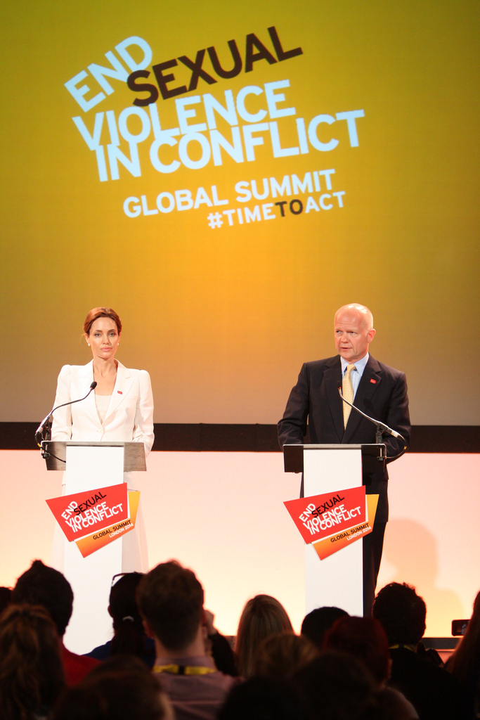 Angelina Jolie e William Hague na cimeira internacional sobre violência sexual em zonas de guerra que decorre em Londres.