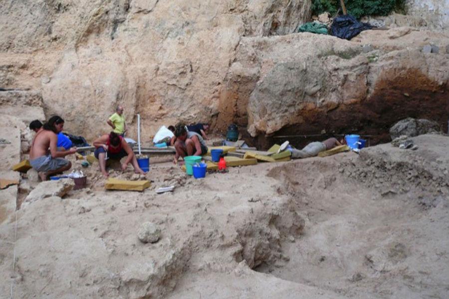 Investigadores escavam um local de habitação Neandertal chamado El Sal, no sudeste de Espanha.