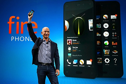 Jeff Bezos com o seu novo Amazon Fire Phone