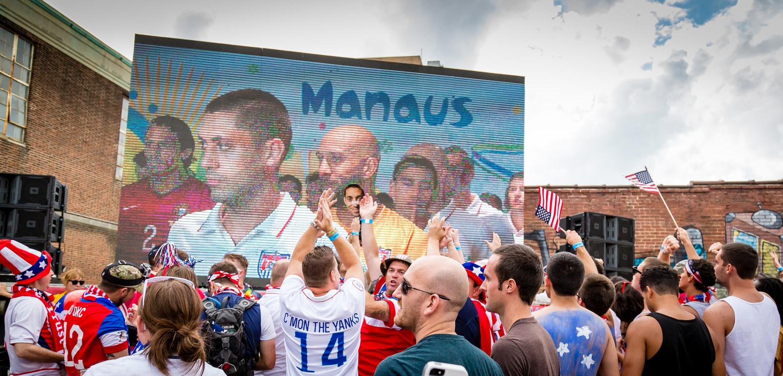 Adeptos dos Estados Unidos assistem em Richmond a um jogo da selecção americana