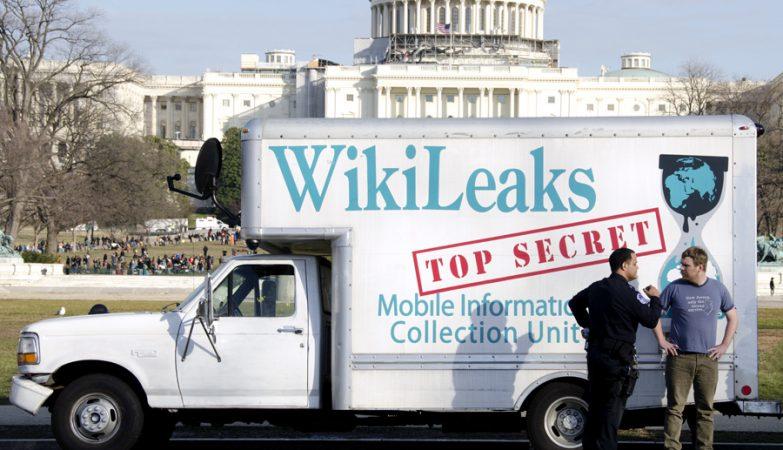 Carrinha da WikiLeaks em frente à Casa Branca