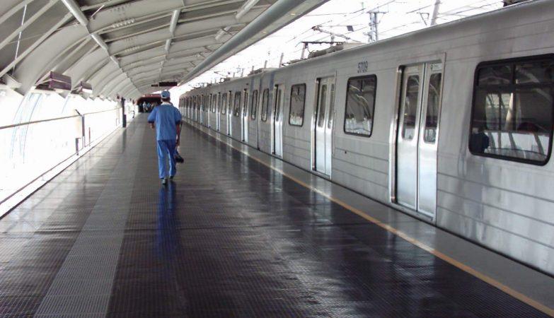 Estação deserta do Metro de São Paulo