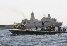 O navio de transporte anfíbio USS Mesa Verde, da 5ª Frota da marinha americana, em manobras no Golfo Pérsico