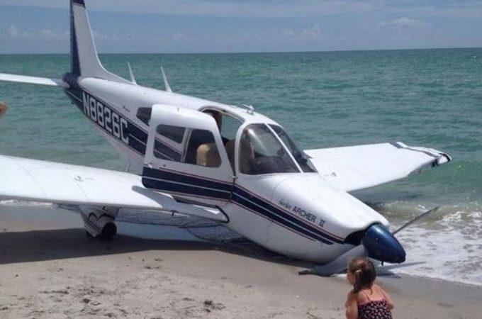 O Piper Cherokee perdeu uma roda, ficou com uma asa danificada e amassou a hélice