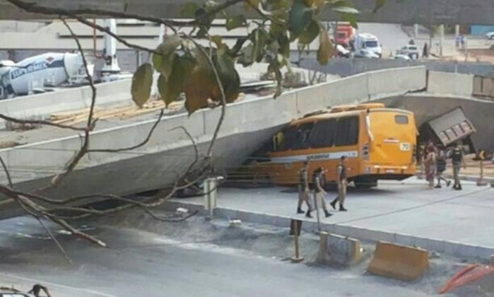 O desmoronamento de um viaduto em Belo Horizonte atingiu quatro veículos.
