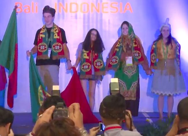 A delegação portuguesa na cerimónia de abertura das Olimpíadas Internacionais de Biologia 2014, em Bali, na Indonésia