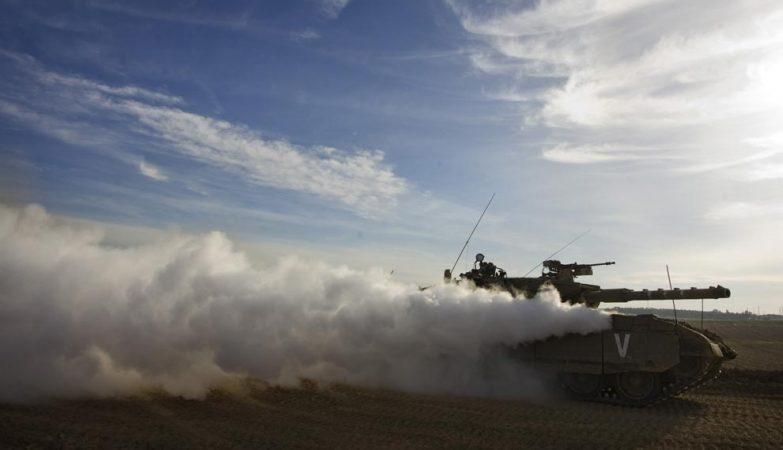 Tanque israelita em operações na fronteira de Israel junto à Faixa de Gaza
