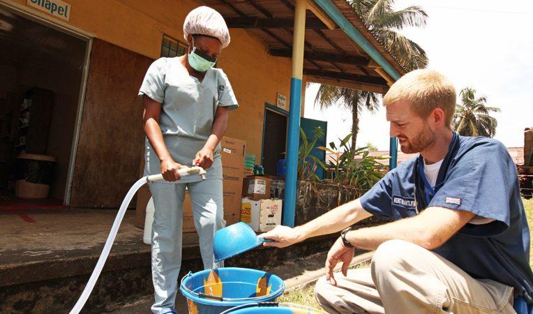 Equipa de médicos norte-americanos em luta contra o Ébola. À direita, Kent Brantly