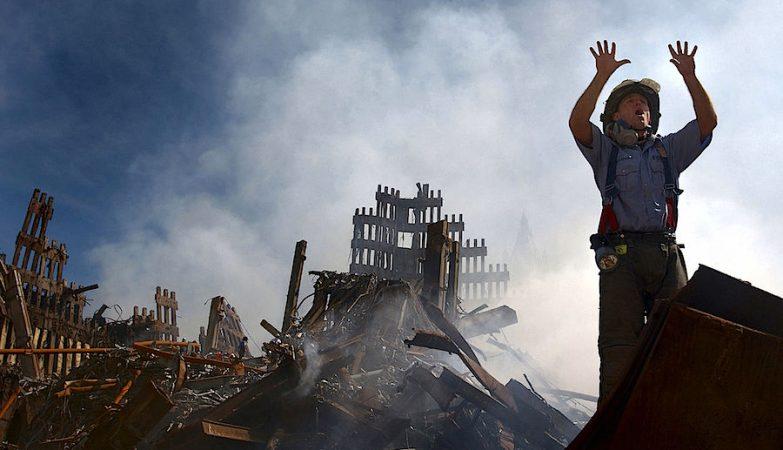 Bombeiro americano pede mais colegas no combate ao fogo durante o ataque ao World Trade Center