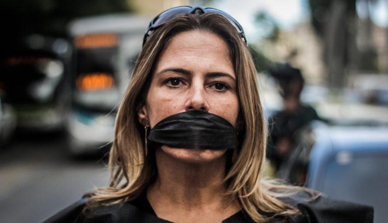 Liberdade: Mulher com uma venda a tapar a boca em em protesto contra censura no Rio de Janeiro.