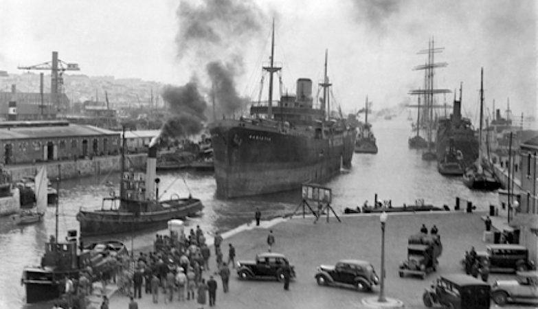 """Encalhe do Navio """"Hadiotis"""" entrando na doca de Alcântara em 10 de Maio de 1941."""
