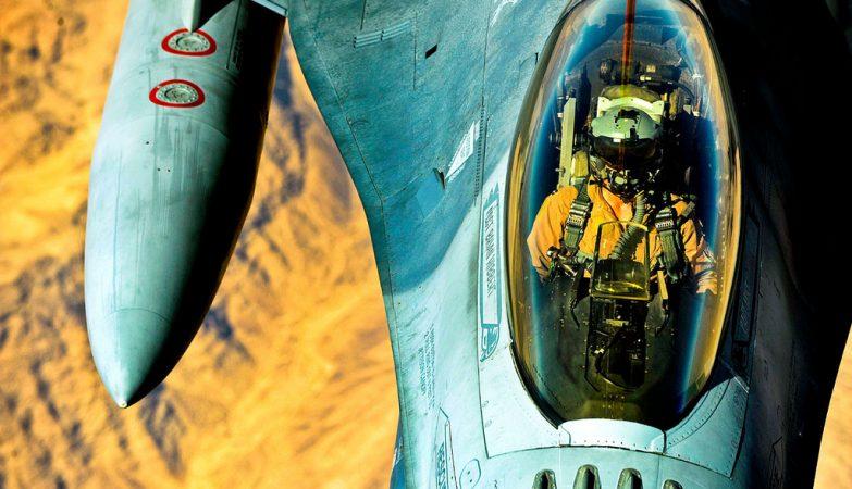 Um caça F-16 da Força Aérea americana sobrevoa o Iraque