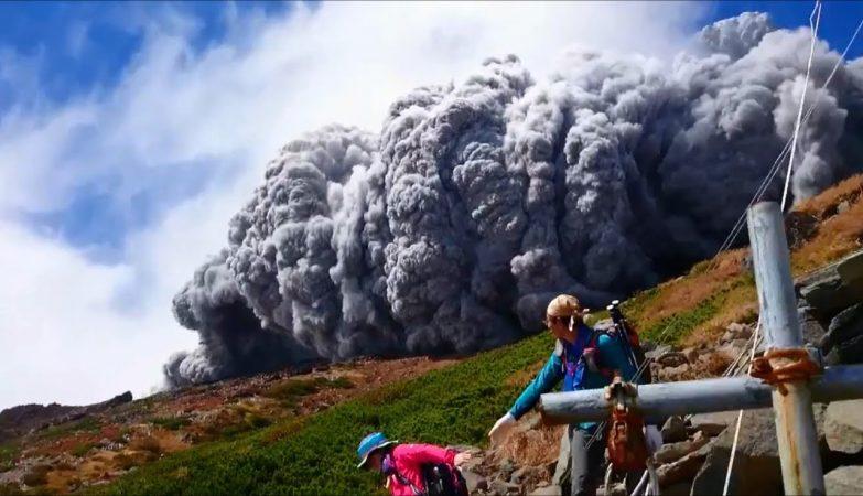 Monte Ontake em erupção surpreende turistas