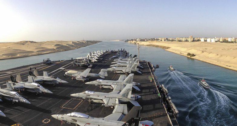 O porta-aviões USS Dwight D. Eisenhower atravessa o canal do Suez
