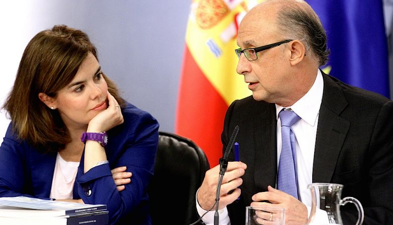 A ministra da Presidencia e porta-voz do governo espanhol, Soraya Sáenz de Santamaría, e o ministro das Finanças e Administração Pública, Cristóbal Montoro