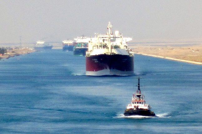 Navios de mercadorias atravessam o canal do Suez