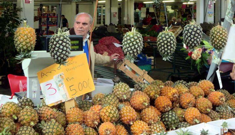 Ananás açoreano à venda no Mercado da Graça em Ponta Delgada (São Miguel, Açores)