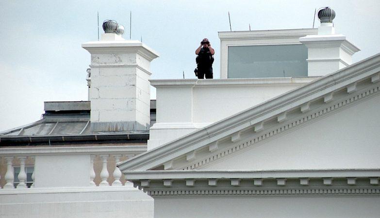 Um agente dos Serviços Secretos no telhado da Casa Branca