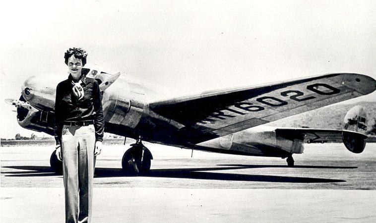 Amelia Earhart à frente do Lockheed Electra em que desapareceu, em 1937