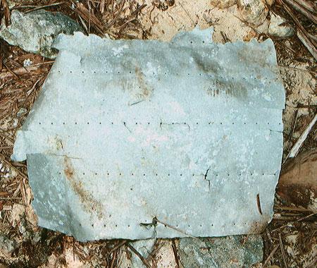 O fragmento de metal encontrado pelo Grupo Internacional de Recuperação de Aeronaves Históricas