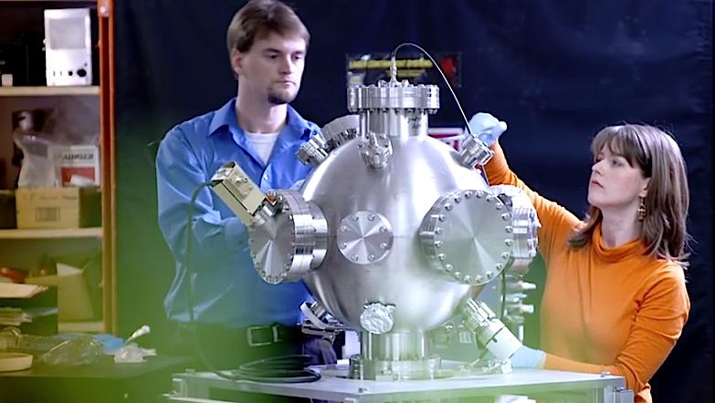 Thomas McGuire, investigador do MIT, com protótipo de reactor de fusão nuclear da Lockheed Martin