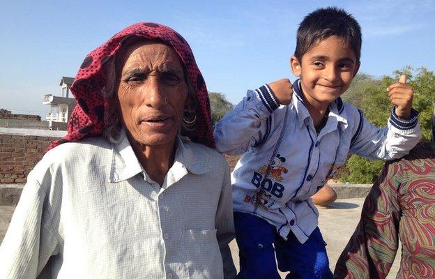 Rajo Devi, de 75 anos, com a filha Naveen, de 5 anos