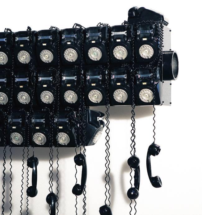 """""""Call Center"""", de Joana Vasconcelos: uma pistola beretta feita com telefones antigos"""