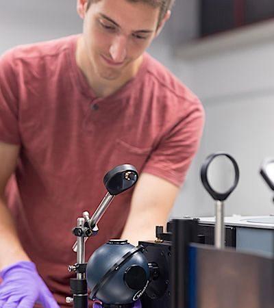 O investigador Bryan VanSaders mede a quantidade de energia solar que o novo material é capaz de absorver