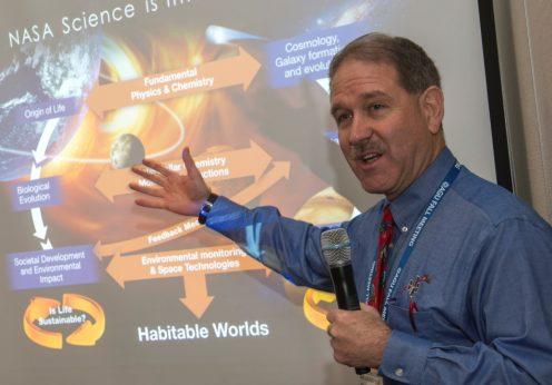 O ex-astronauta John Grunsfeld, administrador associado para a Direcção de Missões Científicas da NASA em Washington
