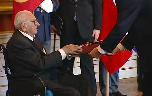 Nicholas Winton recebe a condecoração das mãos de Milos Zeman, o presidente da República Checa.
