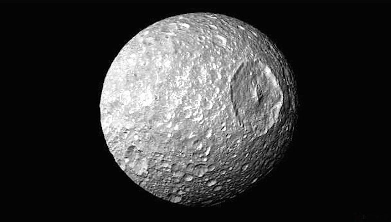 """Famosa por se parecer com a """"Estrela da Morte"""" de """"Guerra nas Estrelas"""", Mimas agora chama a atenção por poder conter um oceano subterrâneo"""