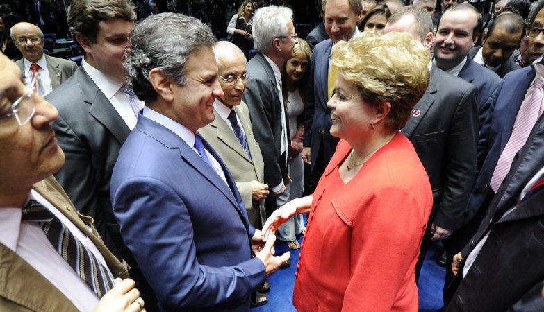 O então Senador Aécio Neves cumprimenta a presidente da República, Dilma Rousseff, durante uma sessão solene do Congresso destinada à devolução simbólica do mandato presidencial ao ex-presidente João Goulart
