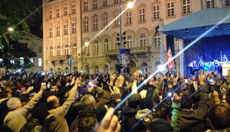 """""""Libertem a Hungria, libertem a Internet"""", a multidão desfilou até à sede do partido Fidesz, do primeiro-ministro húngaro, Viktor Orban"""