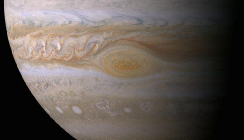 Investigações sugerem que efeitos da luz do Sol produzem a cor da Grande Mancha Vermelha de Júpiter. As nuvens desta característica gigantesca encontram-se a muito maiores altitudes do que aquelas noutros pontos do planeta, e a sua natureza de vórtice confina as partículas avermelhadas assim que se formam.