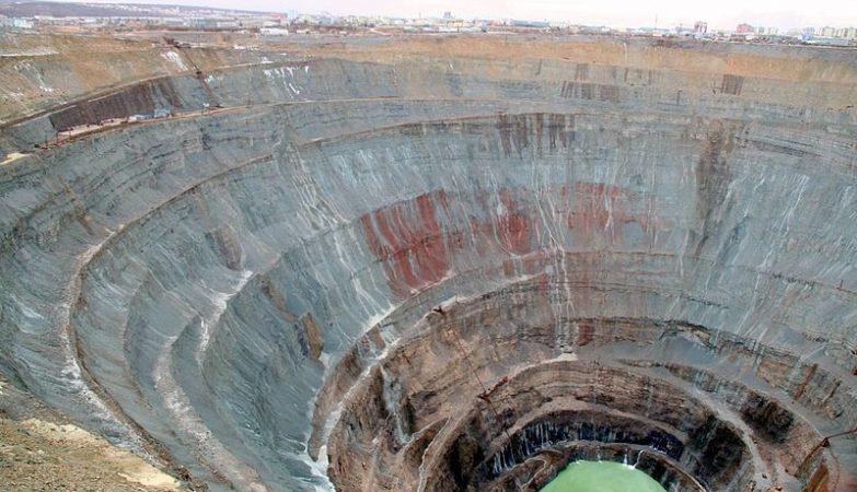 A famosa mina de diamantes a céu aberto de Mirny, na Yakútia, Sibéria, com 525 metros de profundidade