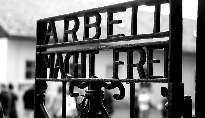 """Inscrição """"Arbeit macht frei"""" no portão do campo de concentração de Dachau"""
