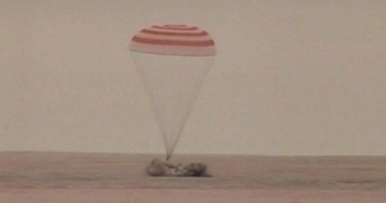 O trio da Expedição 41, a bordo da Soyuz TMA-13M, aterrou no Cazaquistão.