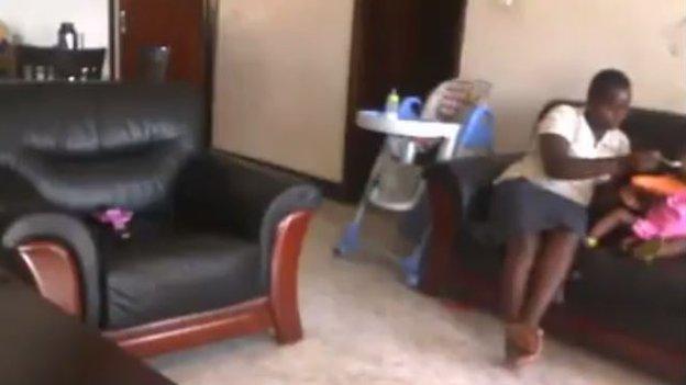 A babysitter Jolly Tumuhirwe com a menina de 18 meses, momentos antes da agressão filmada