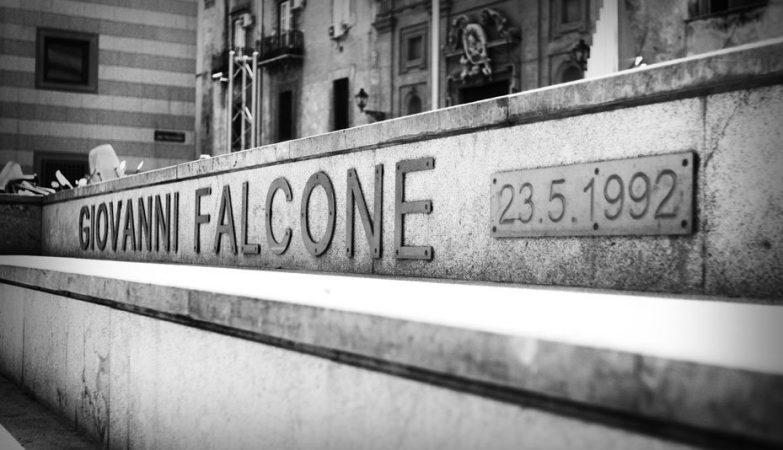 Homenagem a Giovanni Falcone no local onde foi assassinado