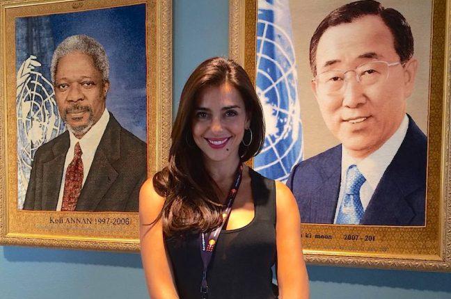 A apresentadora Catarina Furtado, Embaixadora de Boa Vontade do Fundo das Nações Unidas para a População, junto aos retratos do anterior e actual Secretário Geral das Nações Unidas, Kofi Annan e Ban Ki-moon