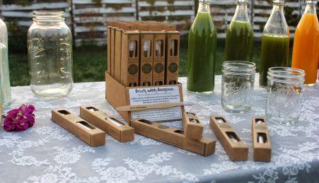 Entre outras alternativas, Lauren usa escovas de bambu em vez das tradicionais de plástico