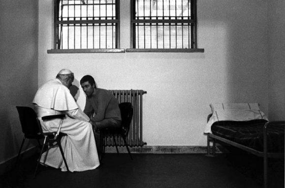 O papa João Paulo II visita Mehmet Ali Agca na prisão em Roma, a 2 de dezembro de 1983